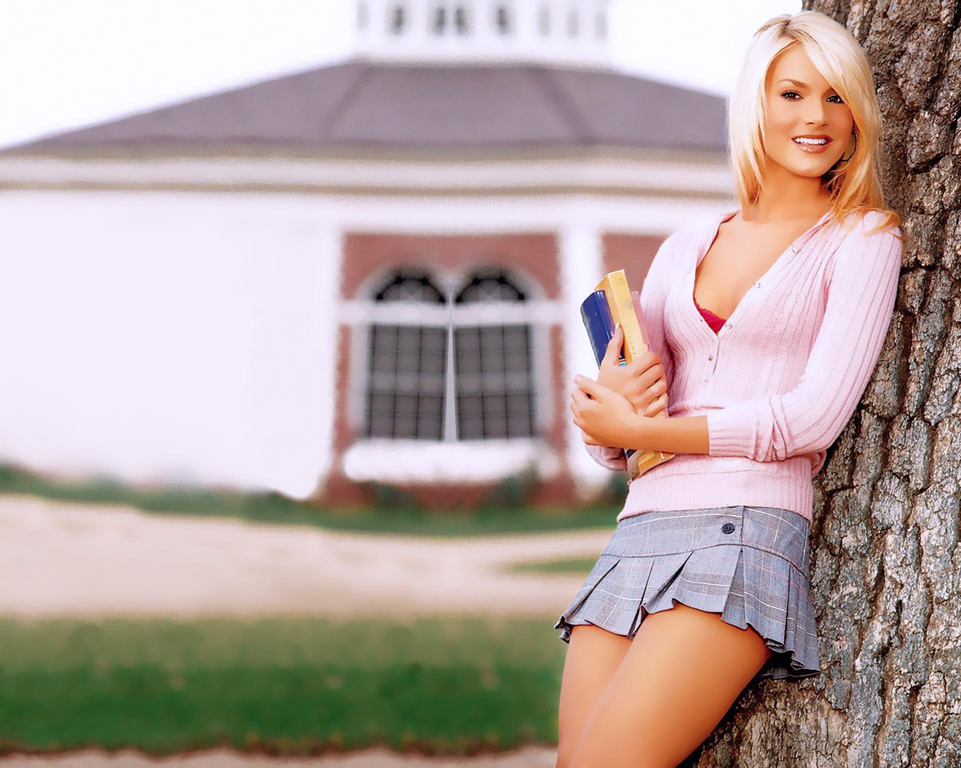 girls-in-short-skirts